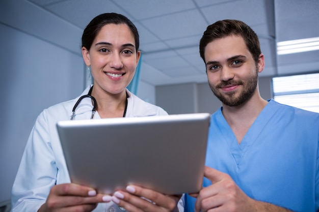 Artsen die over digitale tablet in het ziekenhuis bespreken
