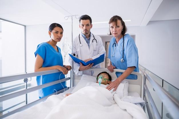 Artsen die patiënt in gang onderzoeken