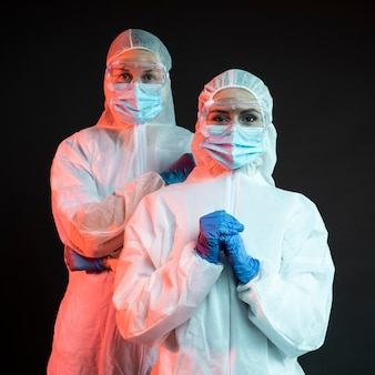Artsen die speciale medische apparatuur dragen