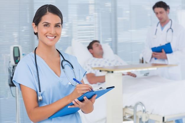 Artsen die voor patiënt zorgen