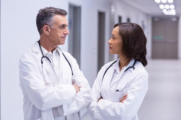 Artsen die zich met wapens bevinden die in gang worden gekruist