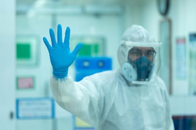 Artsen en assistenten staan onder stress na behandeling voor breedspectrumbewaking van de epidemie covid