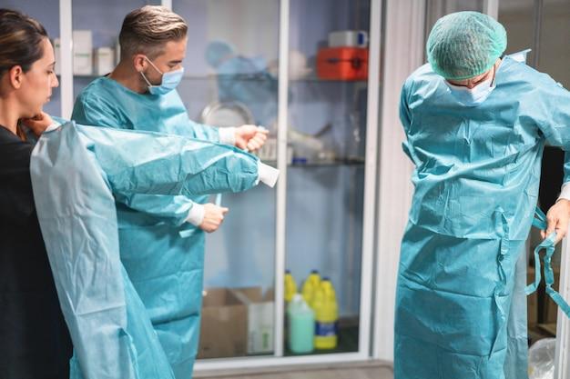 Artsen en verpleegkundige bereiden zich voor op een chirurgische ingreep in het ziekenhuis tijdens de uitbraak van het coronavirus