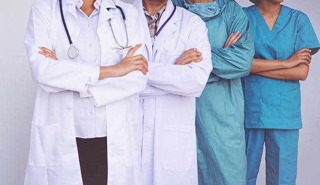 Artsen en verpleegkundigen coördineren de handen. concept teamwork