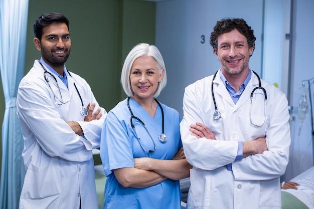 Artsen en verpleegster die zich met wapens bevinden die in het ziekenhuis worden gekruist