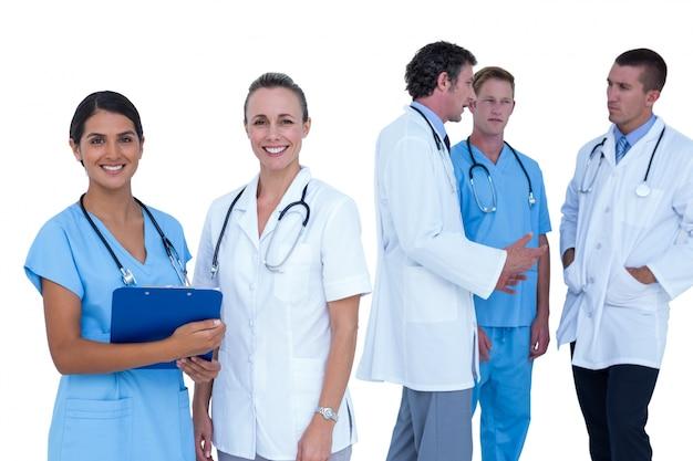 Artsen en verpleegsters die over nota's bespreken