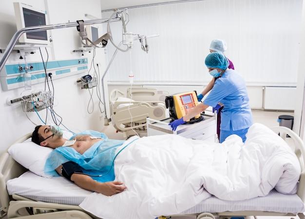 Artsen geven reanimatie aan een mannelijke patiënt op de eerste hulp. cardiale massage