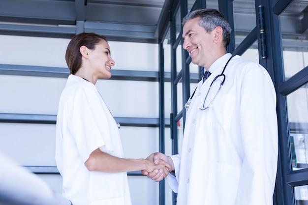 Artsen handen schudden in het ziekenhuis