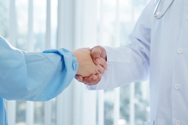 Artsen handen schudden