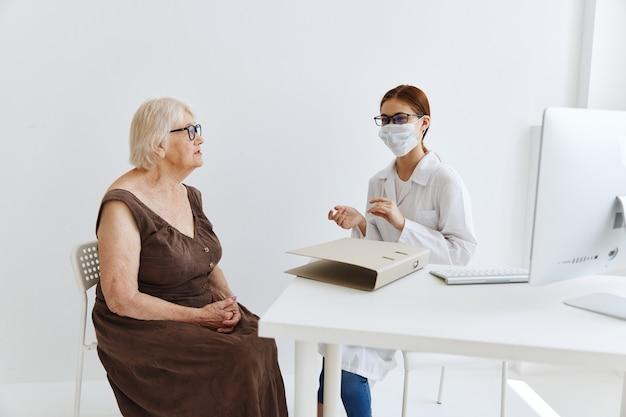 Artsen in het medisch kantoor patiëntenonderzoek gezondheidszorg