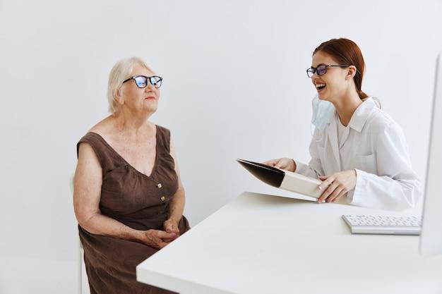 Artsen in het medische kantoor praten met de gezondheidsdiagnostiek van de patiënt