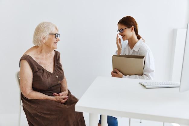 Artsen in het medische kantoorgesprek met de professionele behandeling van de patiënt