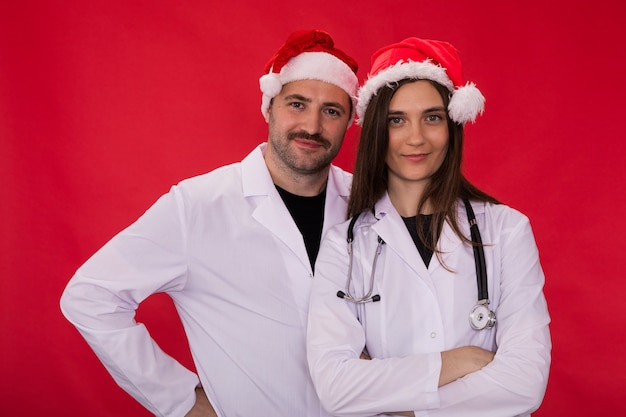 Artsen in santa claus-hoeden poseren