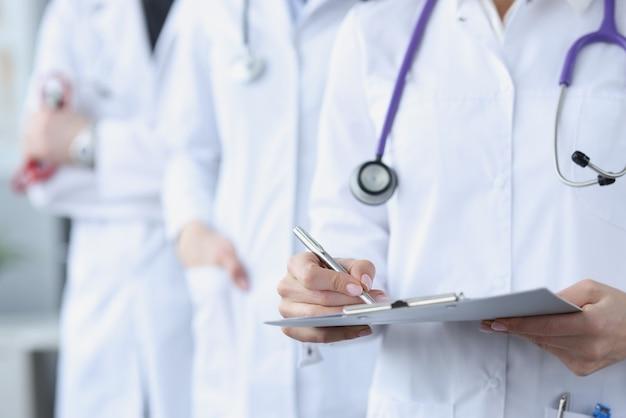 Artsen in witte medische jassen staan samen. internationaal medisch gemeenschapsconcept