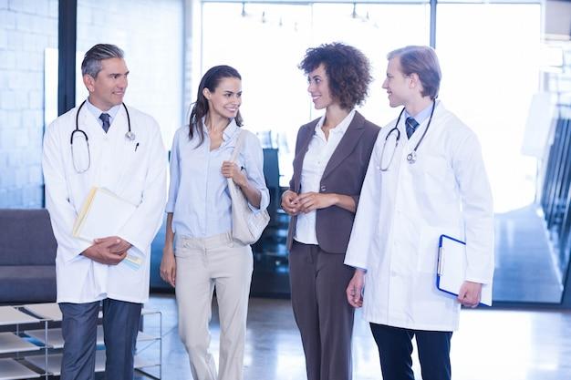 Artsen interactie met collega's in het ziekenhuis