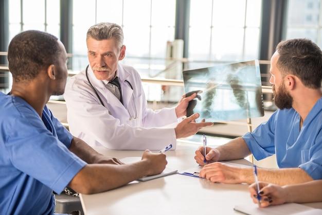 Artsen kijken naar een x-ray resultaten in het ziekenhuis.