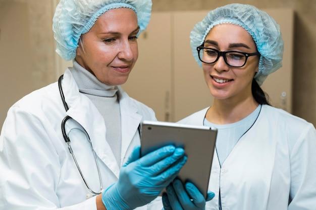 Artsen kijken naar notities op het klembord