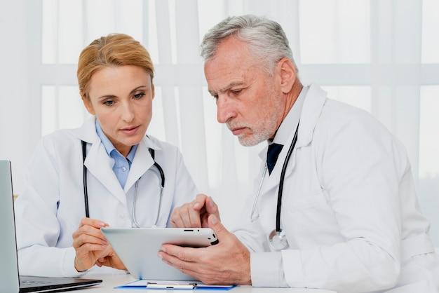 Artsen kijken naar tablet