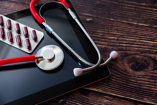 Artsen kunnen op afstand werken dankzij internet en hun tablet gebruiken om contact te maken met patiënten.