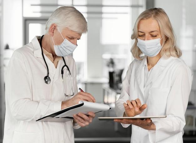 Artsen met medische maskers praten