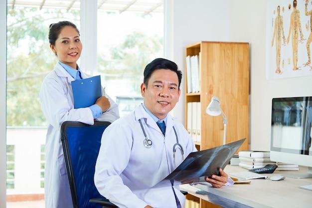 Artsen met x-ray beeld