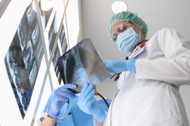 Artsen onderzoeken een röntgenfoto als ze erover praten
