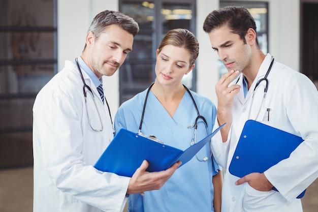 Artsen onderzoeken terwijl klembord