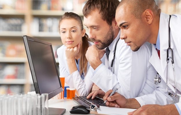 Artsen team praten expertise in het ziekenhuis en werken in het laboratorium