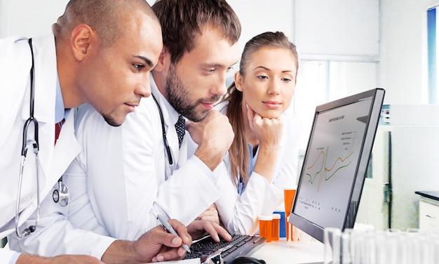 Artsen team praten expertise in het ziekenhuis