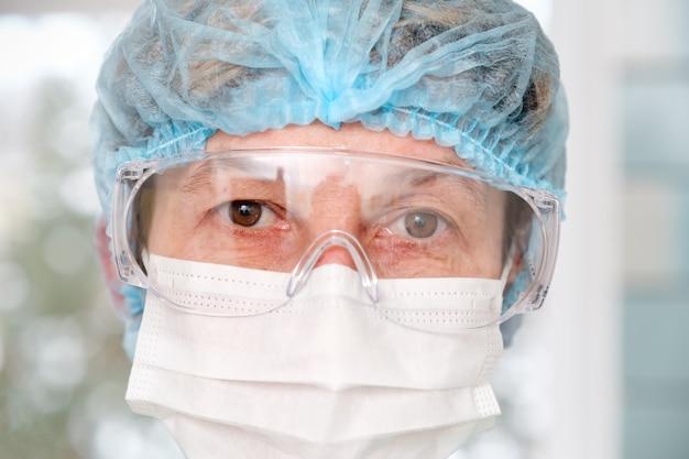 Artsen vermoeide ogen door een beschermende bril