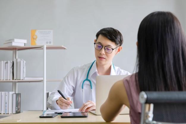Artsen werken met vrouwelijke patiënten