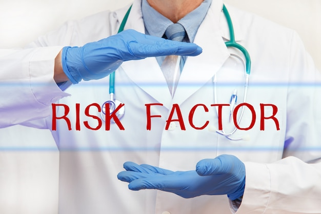 Artsenhanden met risicofactor-inscriptie