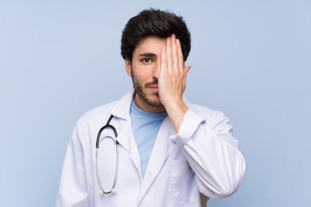 Artsenmens die een oog behandelt met de hand