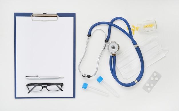 Artsentafel met geneesmiddelen, stethoscoop en glazen, hoogste mening