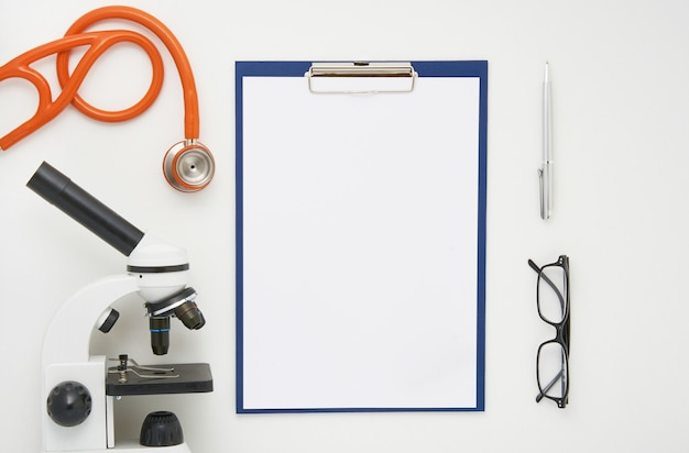 Artsentafel met microscoop, stethoscoop en glazen, hoogste mening