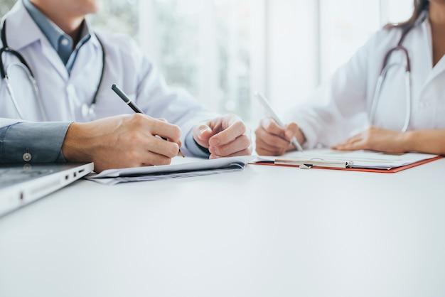 Artsenteam die vergadering in medisch bureau hebben
