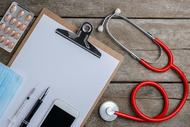 Artsenwerkplaats met een stethoscoop op houten lijst