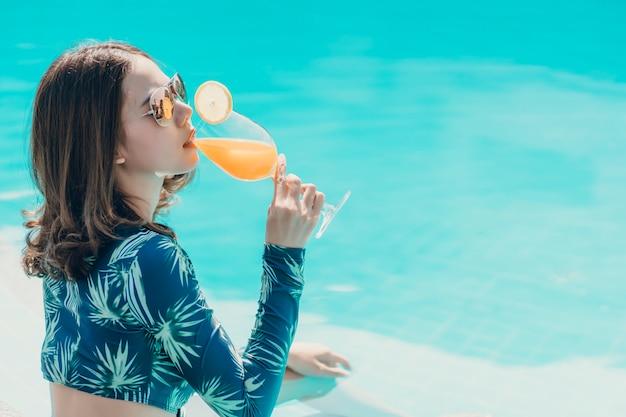 Asain vrouwen met bikini genieten van zomervakantie