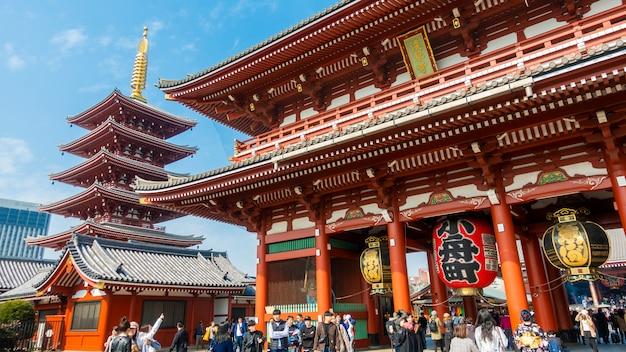 Asakusa tokyo / japan - 20 februari 2019: veel toeristische bezienswaardigheden in senjoji gigantische rode lantaarn tempeloriëntatiepunt in tokio