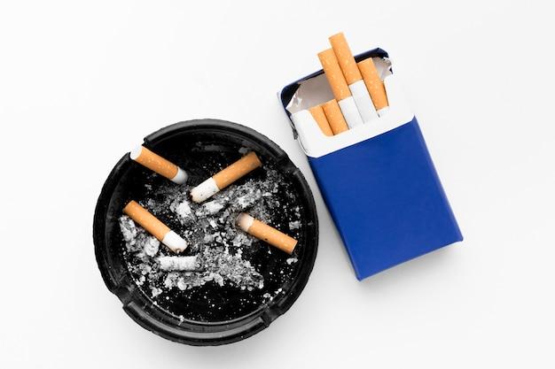 Asbak en pakje sigaretten