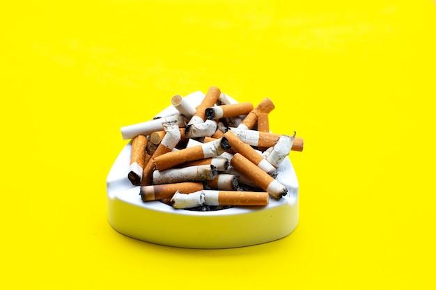 Asbak en sigaretten. kopieer ruimte