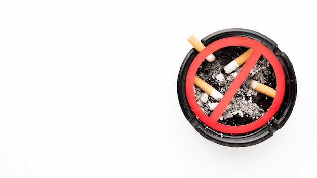 Asbak met stoppen met roken teken