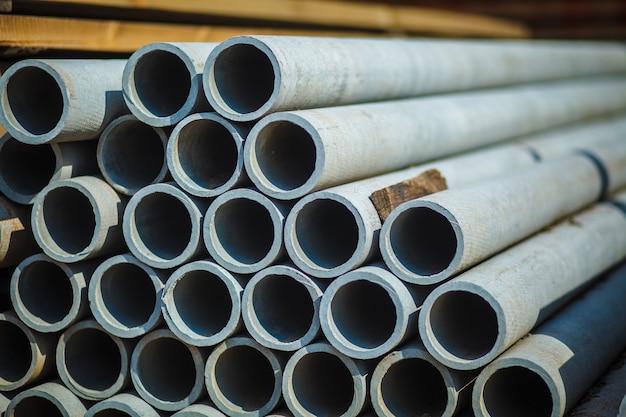 Asbestbeton pijp gestapeld voor gebruik in de bouw.