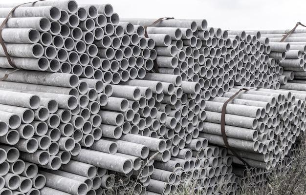 Asbestpijpen voor afvoer in bouwwerf