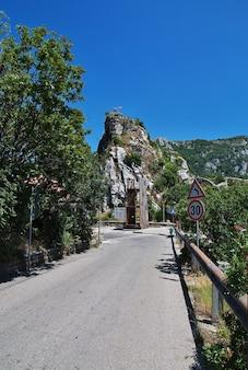 Asenovgrad fort in de bergen van bulgarije