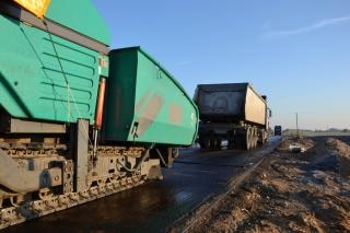 Asfalt finisher en vrachtwagen