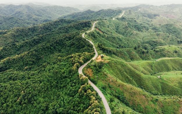 Asfalt gebogen weg op berg