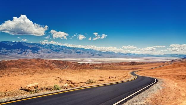 Asfalt woestijnweg