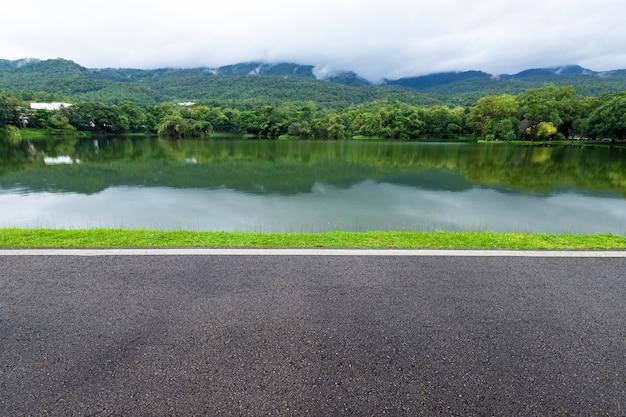 Asfalt zwart grijs weg landschap uitzicht op het meer