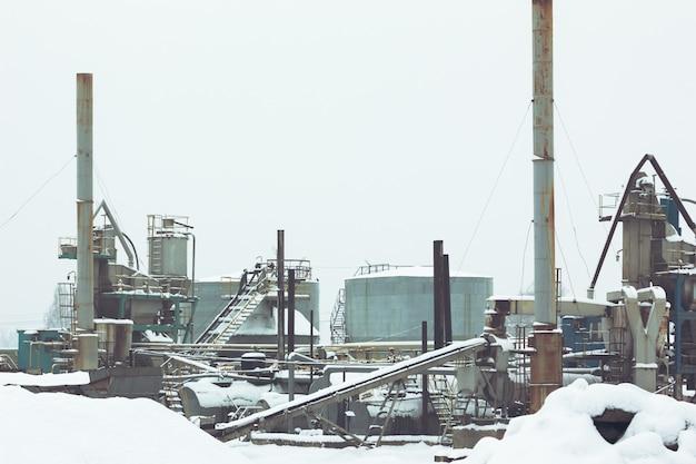 Asfaltfabriek in de winter